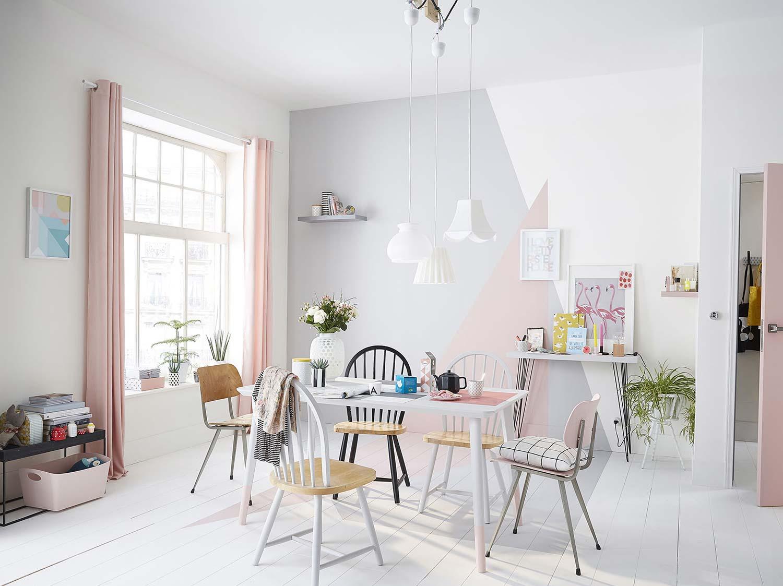 Peindre un décor géométrique en rose et gris