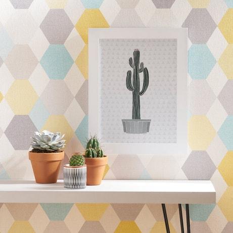 Les cactus avec le papier peint géométrique