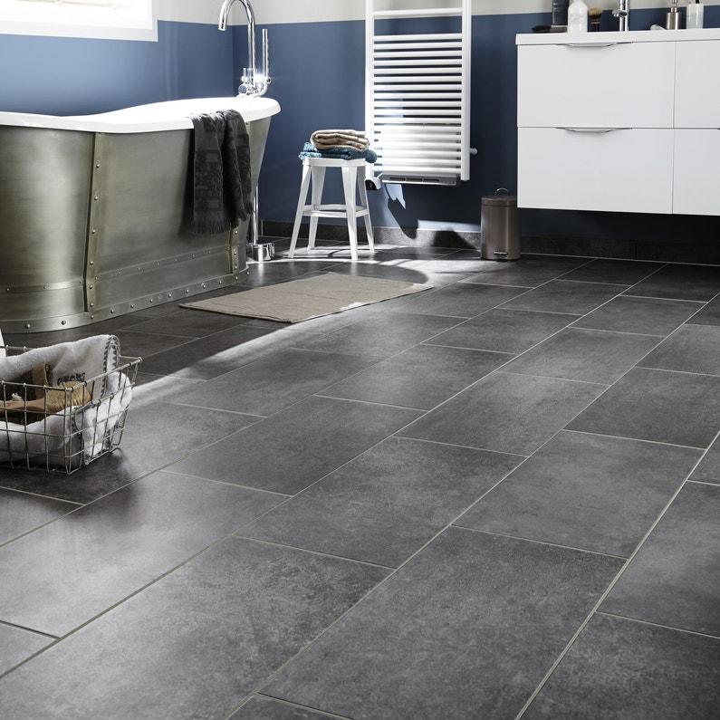 Un carrelage gris effet b ton pour une salle de bains for Carrelage salle de bain effet beton