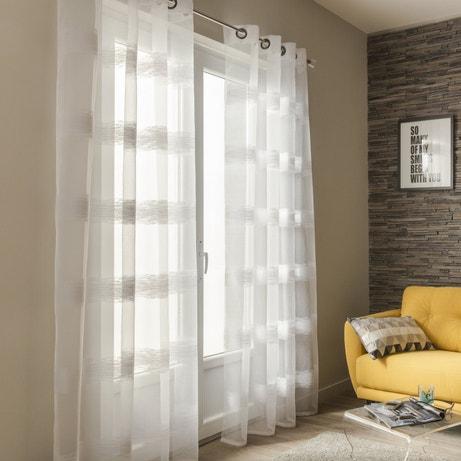 Un salon avec un rideau aux motifs horizontaux