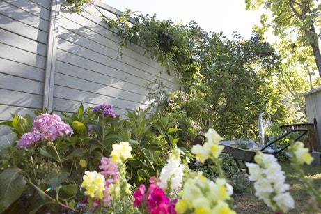 Une clôture pour habiller l'espace floral